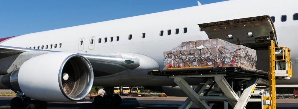 Beladung eines Flugzeuges mit zeitritischen Waren distribuiert durch TECA (980x360)